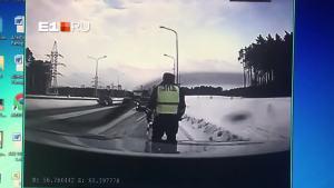 大货车突然侧滑 摄像车惨遭殃