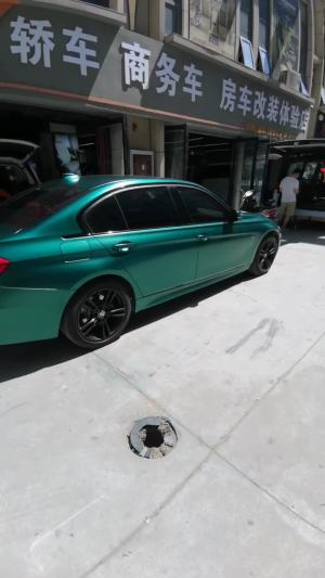 改个车:活捉一辆宝马绿皮贴膜小轿车,看起来够酷!