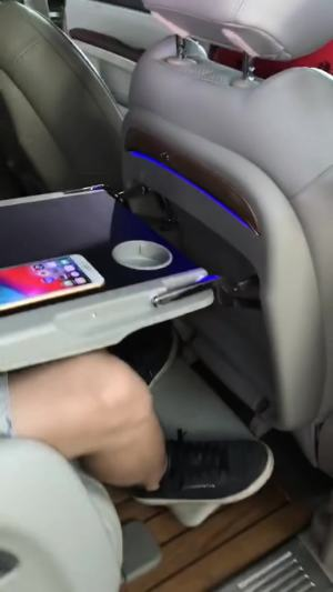 改个车:别克GL8内饰改装后桌板,手机没带充电线也能冲饱电!