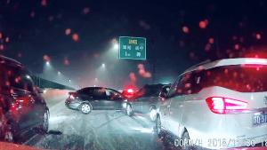 高速下雪后,撞车和串糖葫芦似的