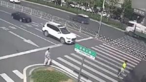 母子过马路却突来横祸,母亲被撞飞