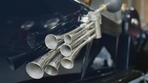发明喇叭之前 每辆车前面都有个红旗手