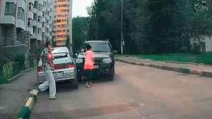 女司机车祸集锦,看完猛吸两口气,以后不让老婆开车
