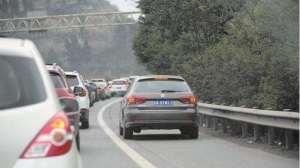 高速堵车时,为什么总有车在应急车道走?不怕处罚吗