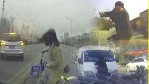 横穿马路考验演技,深夜女孩街头生气!