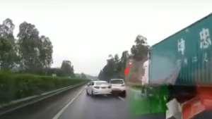 高速路上错挂倒挡,导致与后车连环相撞