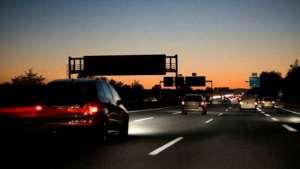 新手晚上不敢开车跑高速,学会这几招,上高速再也不紧张