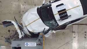A柱断了 驾驶员头槌车门 本田INSPIRE中保研碰撞结果公布