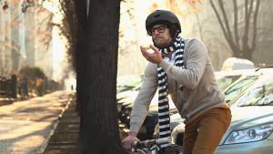帅哥沿街骑行捡垃圾 斯柯达广告