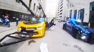 《变形金刚5》幕后 白金汉宫门前玩撞车