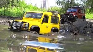 路虎卫士悍马H2遥控车 深水沟极限越野