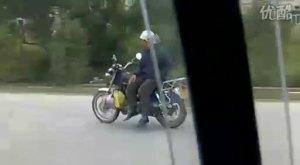 珠海神奇老人上演无人驾驶摩托车