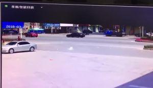 电动车过路口被撞飞