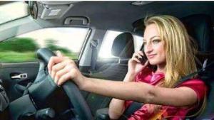 小姐姐开车用手机无视路面情况,后一秒撞飞老大爷