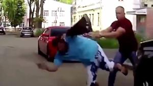 壮汉驾车遇街边斗殴,下一秒吓得司机后背直冒冷汗