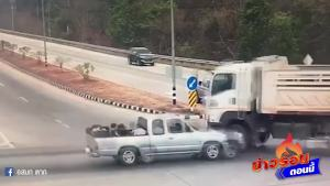 恐怖 皮卡車一頭撞進了大貨車底
