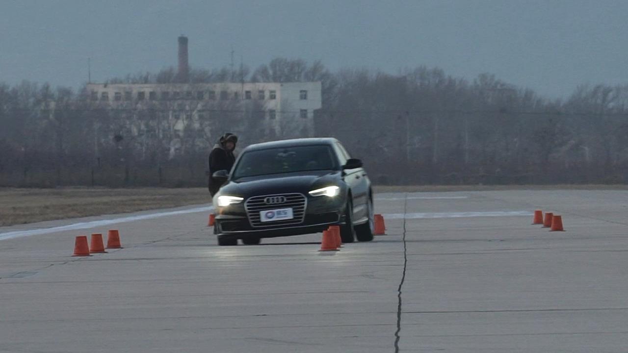 2017款大红鹰娱乐A6L TFSI技术型 紧急变线